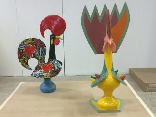 התרנגול מאחור קלאסי. הקדמי מודרני. Tomás Taveira - Galo de Barcelos Transfigured Ceramics 1985