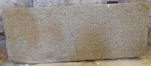 כתובת ייסוד בית הכנסת הקודם של פורטו (המאה ה-14) המוזיאון הארכיאולוגי קרמו, ליסבון