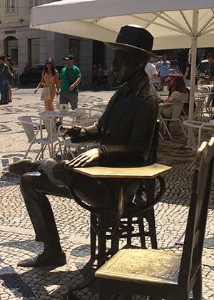 הפסל של פרננדו פסואה בקפה א-ברזילירה