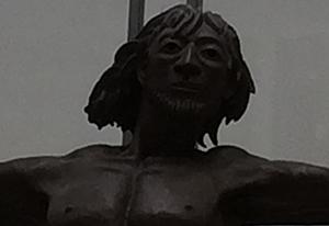 ישו עם מסיכה? צילום תקריב של הפסל של Catherine Greene